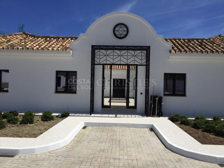 Cortijo Andalúz with plot of 8.600m2. Unique property completely renovated with a lot of style and quality. The house has an Andalusian patio with a fountain in the centre.