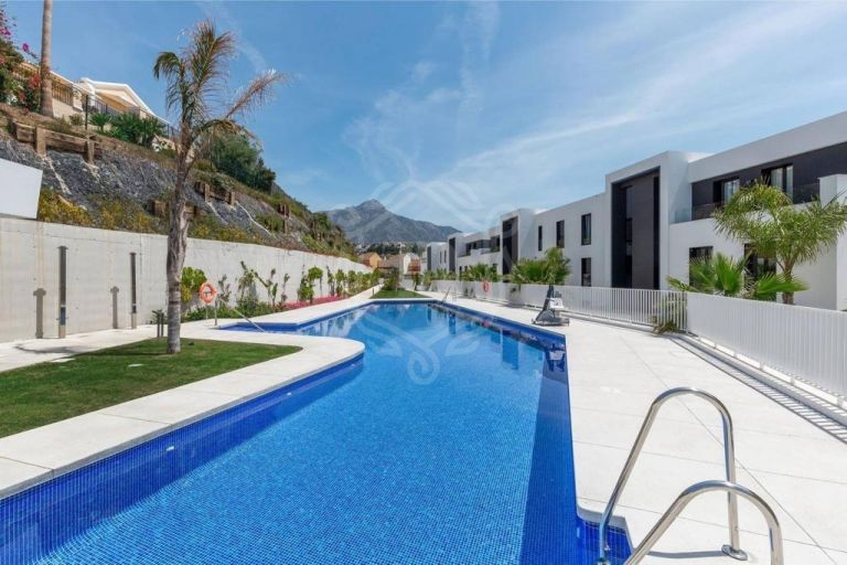 Exceptional ground floor apartment with sea views in Nueva Andalucia