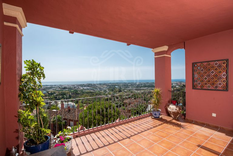 South-facing ground floor apartment with panoramic sea views in Monte Halcones, Benahavis