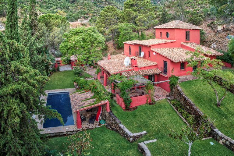 Fantastic rustic style villa set on huge plot in Benahavis