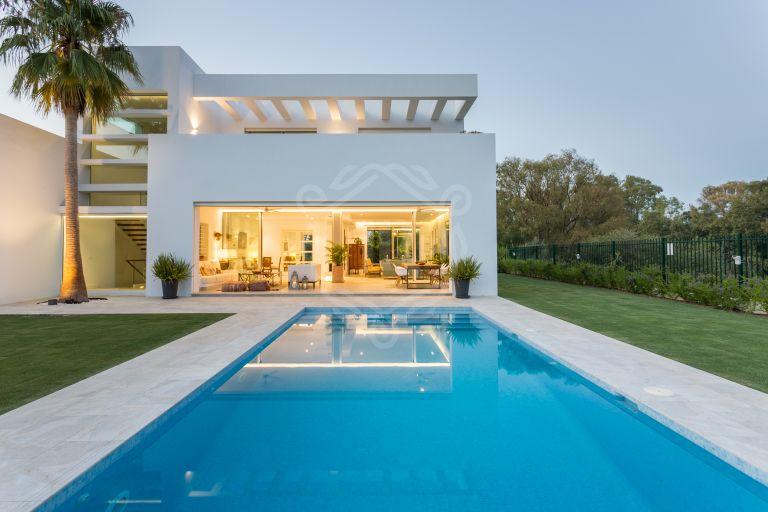 Villa moderna a pocos pasos de la playa en Casasola, Estepona