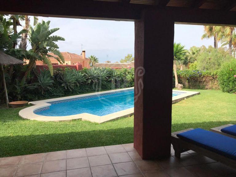 Encantadora villa de vacaciones muy bien decorada en la Nueva Milla de Oro de Estepona