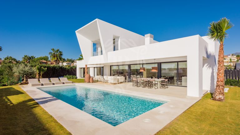 Villa a estrenar en El Paraíso a poca distancia a pie de la playa, Nueva Milla de Oro, Estepona