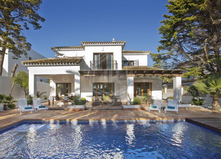 Charming villa steps from the beach, Marbesa