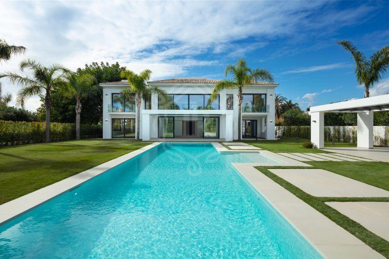 Impresionante villa en Casasola, a solo 100 m de la playa de Guadalmina Baja