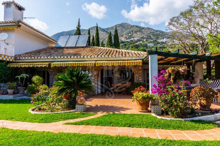 Gran parcela con casa principal y cuatro casas individuales en Rancho de la Luz, Mijas
