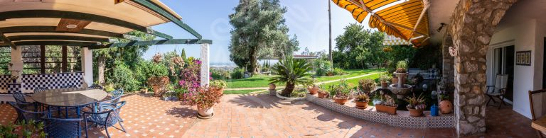 Big plot with main house and four individuel houses in Rancho de la Luz, Mijas