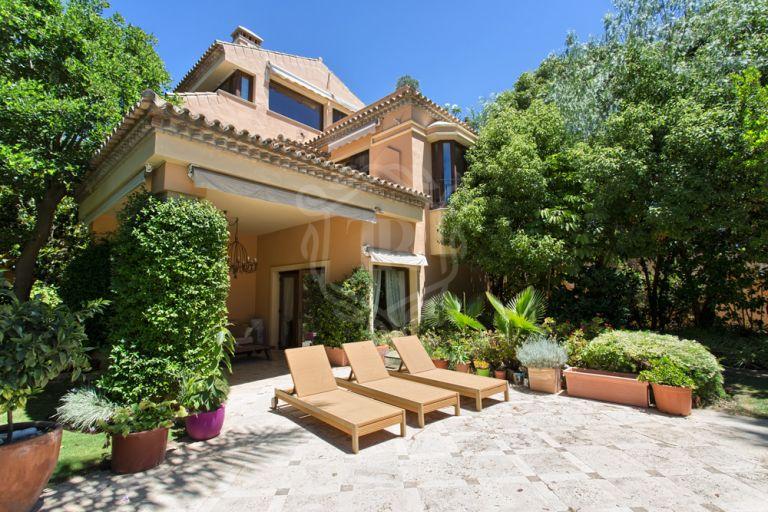 Classic style villa in Altos de Puente Romano Golden Mile, Marbella