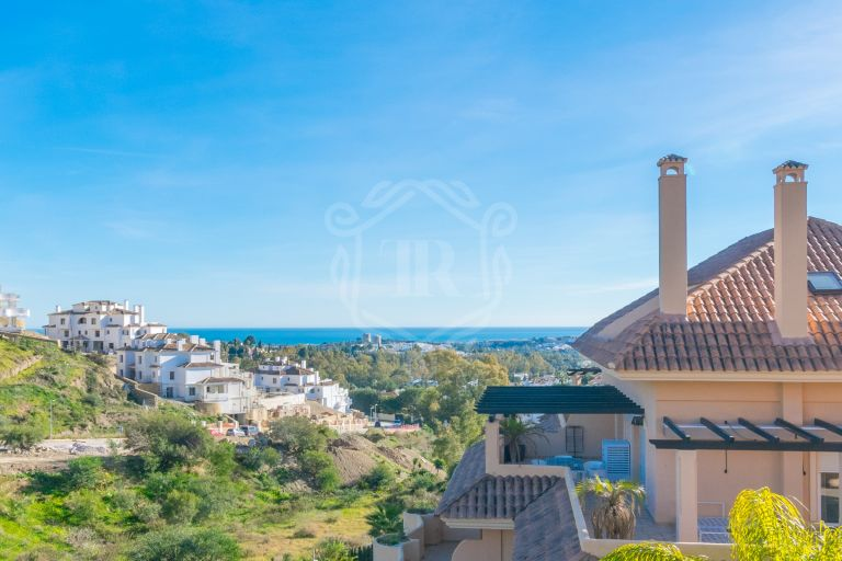 Fully renovated apartment with sea views in Aloha Hill Club, Nueva Andalucía