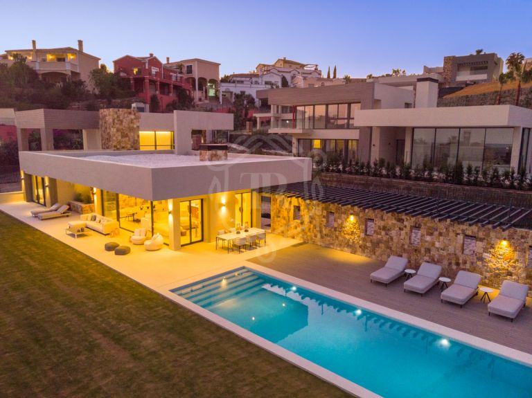 Stunning contemporaty villa residing over Marbella's famous Golf Valley - Nueva Andalucía