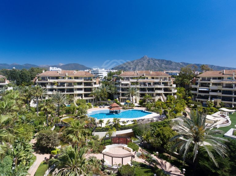Impressive frontline beach duplex apartment with private garden and pool in Laguna de Banus - Puerto Banus