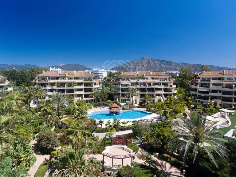 Impresionante apartamento dúplex en primera línea de playa con jardín privado y piscina en Laguna de Banus - Puerto Banus