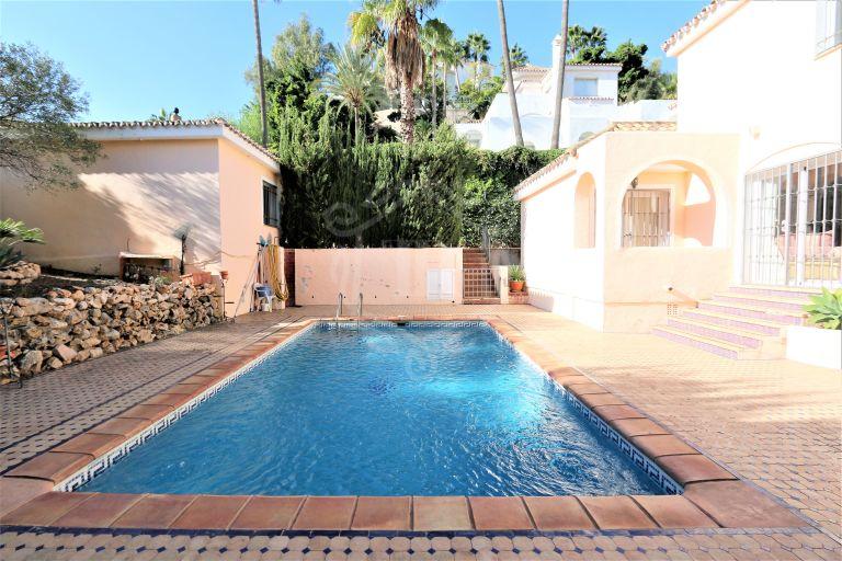 Classical style villa in Los Naranjos Hill Club-Nueva Andalucía