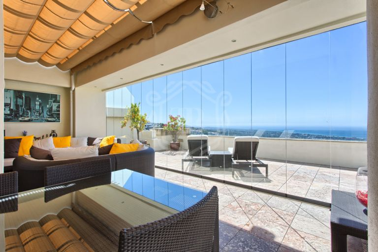 Splendid penthouse with sea views in Los Monteros Hill Club, Marbella