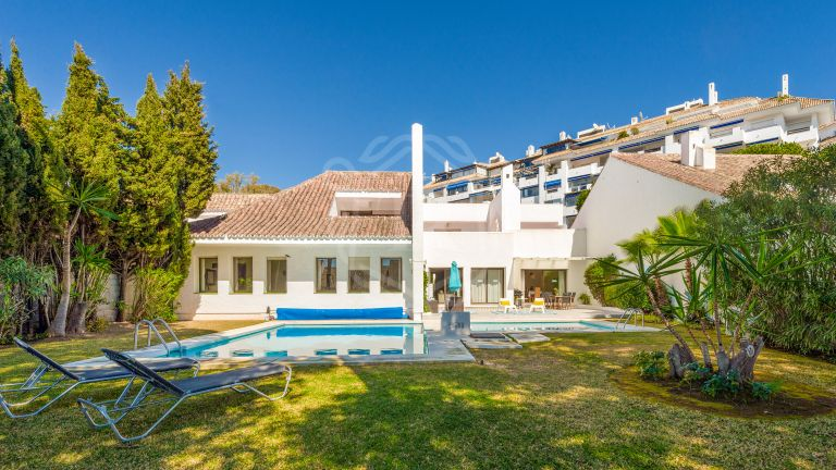 Beautiful villa for rent on the beachfront complex in Puerto Banús