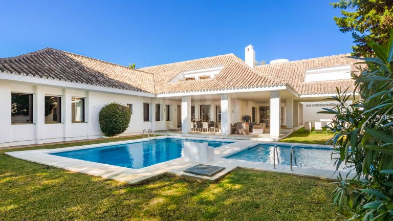 Elegant villa for rent on the beachfront complex in Puerto Banús