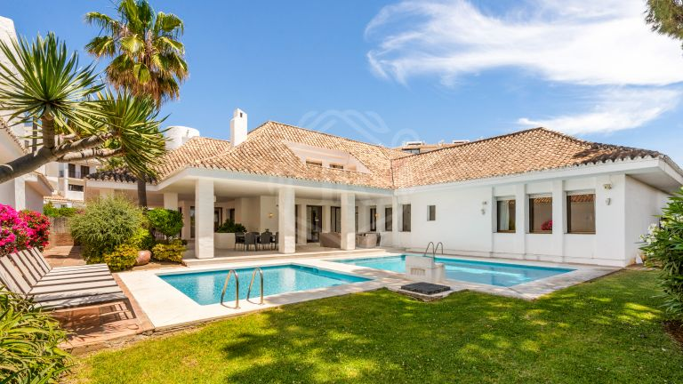 Villa for rent on the beachfront complex in Puerto Banús