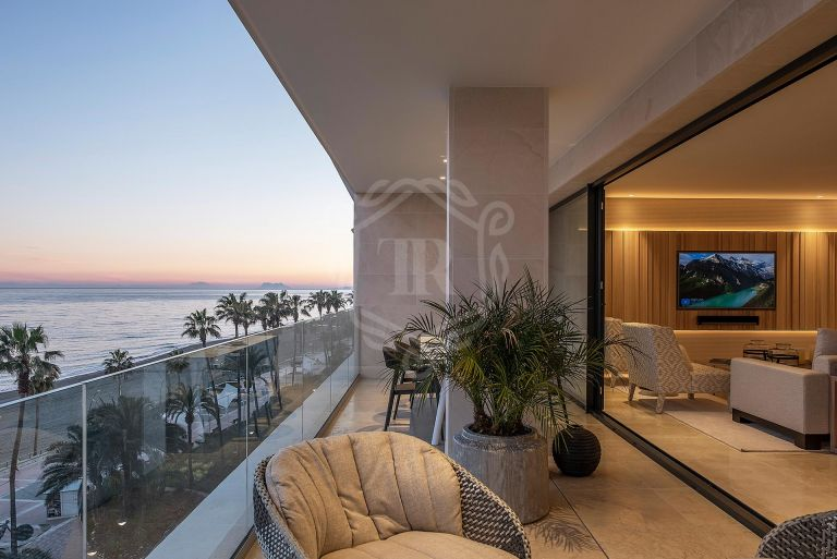 FRONT LINE BEACH APARTMENT IN ESTEPONA CENTRE