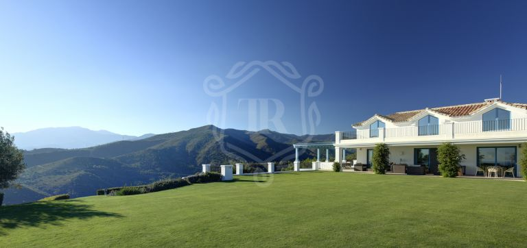 Luxury villa on a double plot with panoramic views in Monte Mayor Country Club