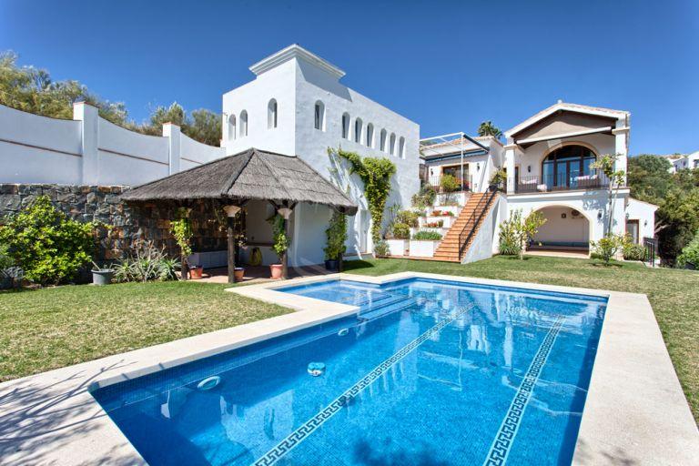Villa exclusiva con vistas a las montañas y al mar.