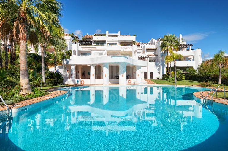 Amplio apartamento de lujo con vistas al mar en venta en La Quinta Golf, Nueva Andalucia