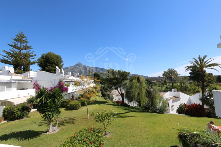 Lovely apartment in Aloha Golf walking Distance to Amenities Nueva Andalucia , Puerto Banus Holiday Rental in Los Dragos