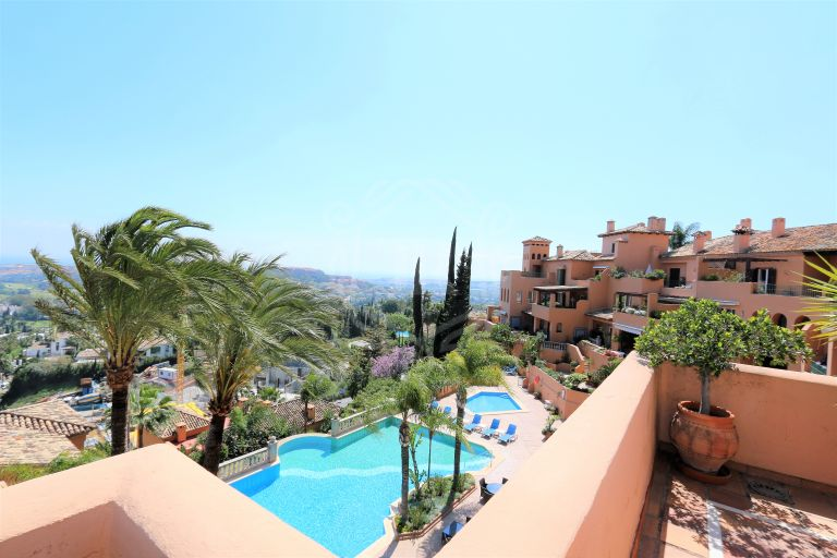 Stunning penthouse with amazing views in Nueva Andalucia, Marbella