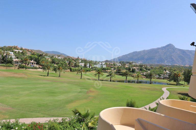 Fantástico ático dúplex en Las Brisas Country Club