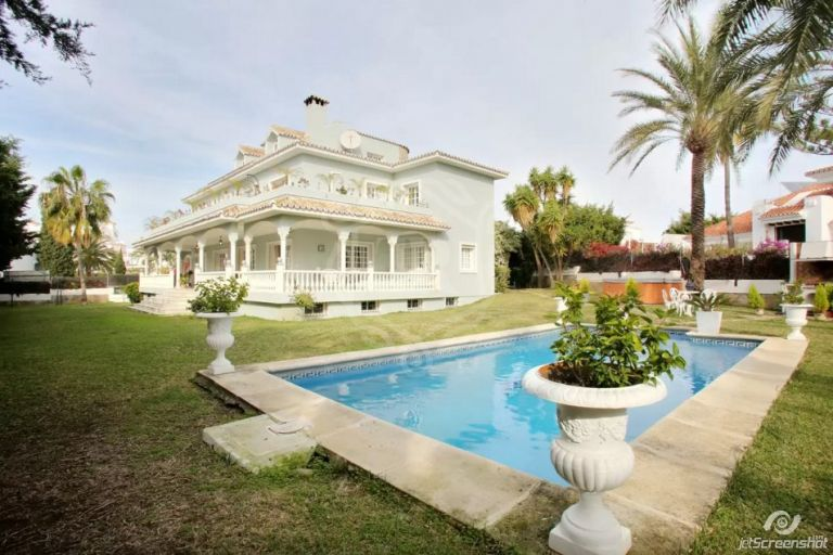 Summer Vacation rentals beautiful villa with 7 bedrooms, capacity 16 pax in Puerto Banus