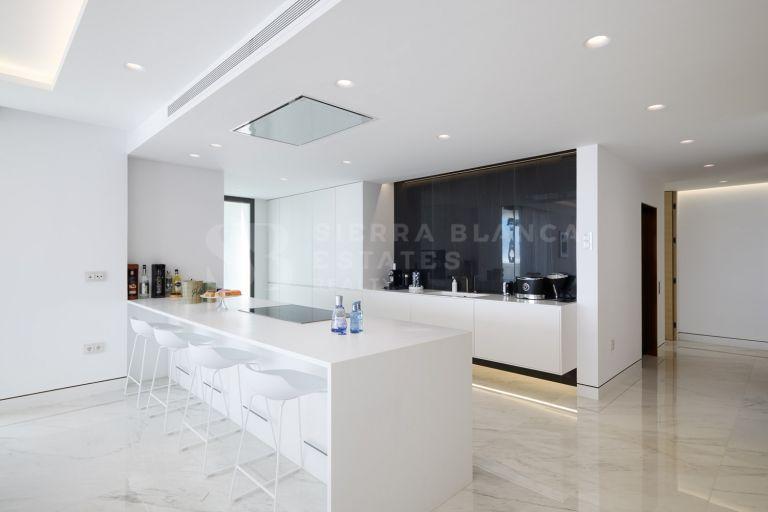 Elegante apartamento en primera línea de playa en la Nueva Milla de Oro