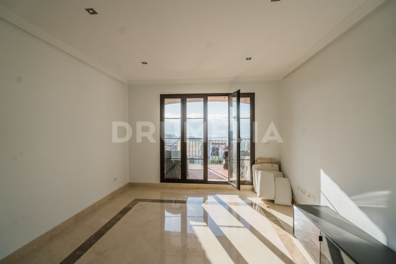 Benahavis, Spectacular Unfurnished Apartment with Views in Los Arqueros Golf