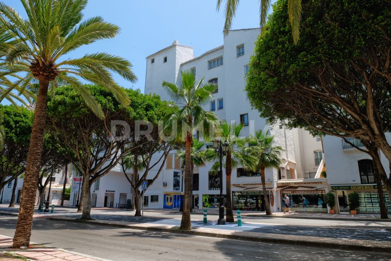 Marbella - Puerto Banus, Stylishly Renovated, Exquisite Modern Apartment in Puerto Banus