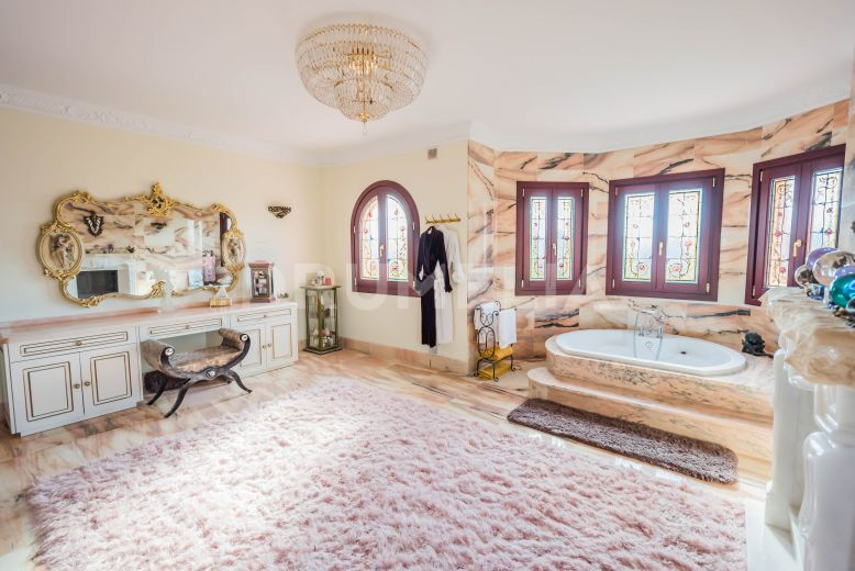 Estepona, Italian Style Villa with Palatial Chic and Sea View, El Saladillo, Estepona