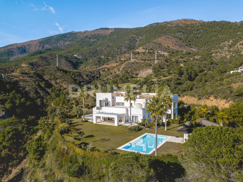 Benahavis,  Outstanding Frontline Golf Modern Villa with Stunning Views in Zagaleta