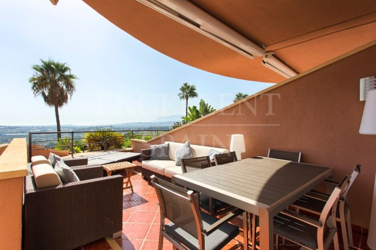 South-West facing apartment for sale in Magna Marbella, Nueva Andalucia with panoramic sea views