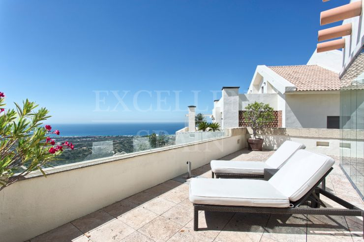 Los Monteros Hill Club, Marbella East, luxurious penthouse for sale with panoramic sea view