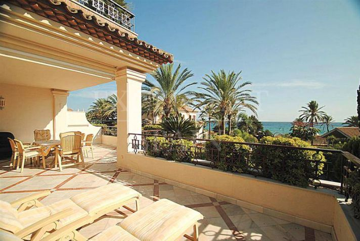 Los Monteros Playa, Marbella East, luxurious, beachfront apartment with panoramic sea views