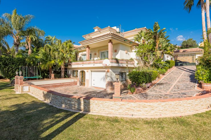 Villa for sale in El Paraiso, Estepona, walking to amenities