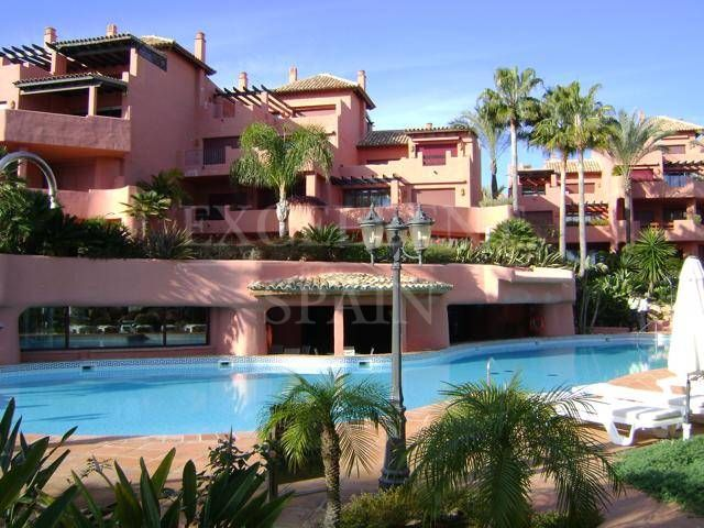 Estepona, Menara Beach, Costa del Sol, luxueus appartement te koop