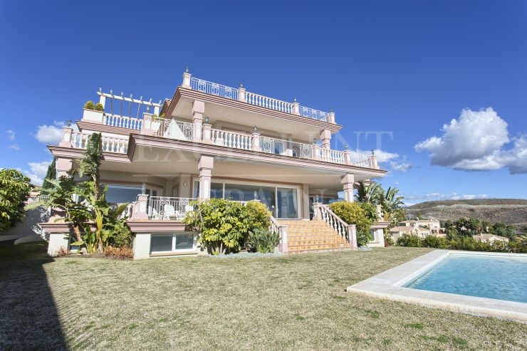 Villa for sale with panoramic views in Los Flamingos Golf, Benahavis