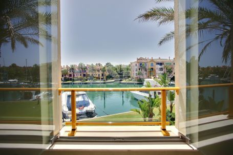 Luxury apartment with spcious terraces overlooking the Marina of Sotogrande
