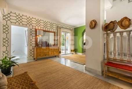 Renovated and spacious south-facing villa in the area of the Kings and Queens close to the beach clubs and the Real Club de Golf.