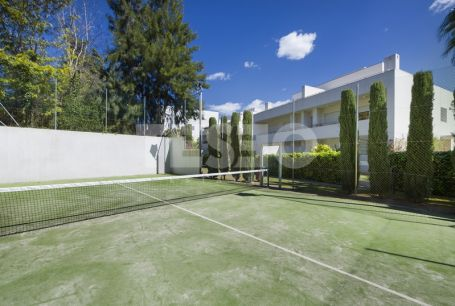 Nice south-facing ground floor apartment in POLO GARDENS with communal gardens, swimming pools, spa, gym and paddle tennis court.
