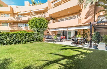 SOUTH-FACING GROUND FLOOR APARTMENT 50 METERS AWAY FROM THE BEACH AND WITH VIEWS OF THE MEDITERRANEAN SEA