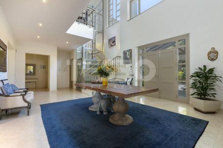Luxurious contemporary private family villa in quiet and private location in the C zone of Sotogrande Alto