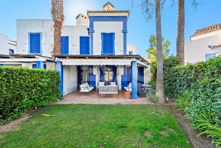 TOWNHOUSE OVERLOOKING THE MARINA AND 200 METERS FROM THE BEACH