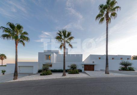 Villa dando a un acantilado y con vistas del Golf