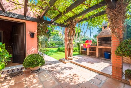 Villa with 2 plots and tennis court on the best street in Sotogrande: Isabel la Católica (Reyes y Reinas)