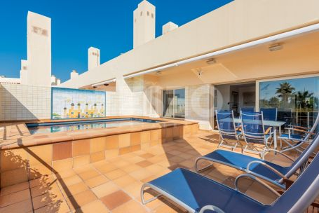 Spacious and bright penthouse in the Exclusive Building 10 with a spacious terrace with private pool and with unique sea views.