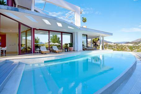 Moderna Villa de Lujo con Vistas Panorámicas al Mar y a la Concha